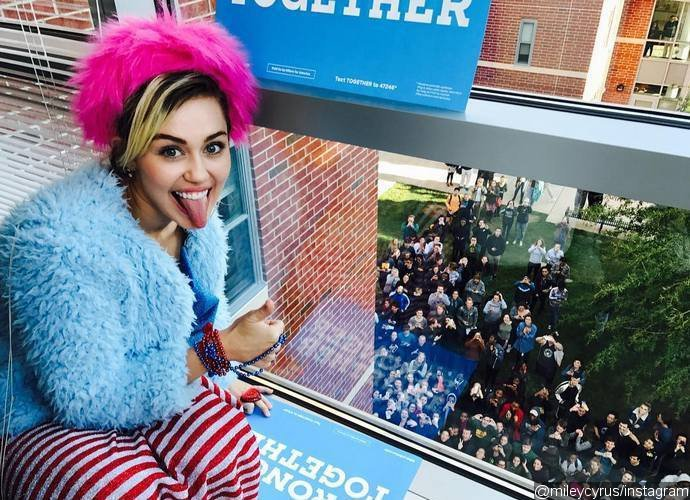 miley-cyrus-and-katy-perry-go-door-to-door-for-hillary-clinton-at-college-dorms